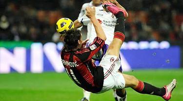 Tendangan salto Zlatan Ibrahimovic yang menjadi gol tunggal kemenangan AC Milan atas Fiorentina dalam partai Serie A di San Siro, 20 November 2010. AFP PHOTO/OLIVIER MORIN