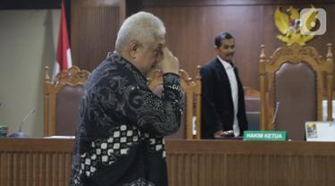 Terdakwa suap pengadaan barang di Badan Keamanan Laut (Bakamla), Erwin Syaaf Arief saat menjalani sidang putusan di Pengadilan Tipikor, Jakarta, Senin (14/10/2019). Majelis Hakim menyatakan Erwin Syaaf Arief bersalah dan dihukum 2,5 tahun penjara, denda Rp100 juta. (Liputan6.com/Helmi Fithriansyah)