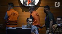 Wakil Ketua KPK Nurul Ghufron (tengah) menyampaikan keterangan terkait penangkapan mantan Sekretaris MA Nurhadi dan menantunya Rezky Hebriyono di Gedung KPK, Jakarta, Selasa (2/6/2020). Keduanya ditahan  terkait kasus dugaan suap pengurusan perkara di MA Tahun 2011-2016. (merdeka.com/Dwi Narwoko)