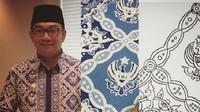 Gubernur Jawa Barat mempromosikan batik hasil desainnya sendiri yang dibuat saat sedang iseng. (dok. Instagram @ridwankamil/Dinny Mutiah)
