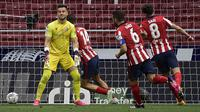 Ekspresi kecewa kiper SD Huesca, Alvaro Fernandez (kiri) usai kebobolan gol pertama oleh Atletico Madrid dalam laga lanjutan Liga Spanyol 2020/2021 pekan ke-32 di Wanda Metropolitano Stadium, Madrid, Kamis (22/4/2021). SD Huesca kalah 0-2 dari Atletico Madrid. (AFP/Javier Soriano)