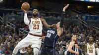 Aksi LeBron James saat melewati forward Orlando Magic, Aaron Gordon  (AP Photo/Willie J. Allen Jr.)