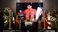 Peti jenazah eks Jose Antonio Reyes di Estadio Ramon Sanchez Pizjuan. Reyes meninggal dunia di usia 35 tahun karena kecelakaan mobil, Sabtu (1/6/2019). (AFP/Critina Quicler)