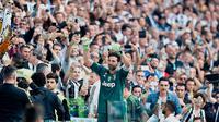 Kiper Juventus Gianluigi Buffon menyapa para suporter setelah pertandingan melawan Hellas Verona pada lanjutan Liga Serie A Italia di Stadion Allianz di Turin, (19/5). Juventus menang 2-1 atas Hellas Verona. (AP Photo/Alessandro Di Marco)