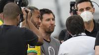Pemain Argentina Lionel Messi (tengah) pemain Brasil Neymar (kiri), dan pelatih Argentina Lionel Scaloni berbicara setelah laga kualifikasi Piala Dunia 2022 Qatar di Stadion Neo Quimica Arena, Sao Paulo, Brasil, Senin (6/9/2021) dini hari WIB, dihentikan