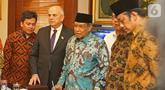 Ketua Umum Pengurus Besar Nahdlatul Ulama (PBNU), Said Aqil Siradj menerima Duta Besar AS untuk Indonesia Joseph R Donovan Jr. di Jakarta, Senin (21/10/2019). Pertemuan dalam rangka silaturahmi kepada organisasi massa Islam di Jakarta dan menjalanin kerja sama. (Liputan6.com/Herman Zakharia)