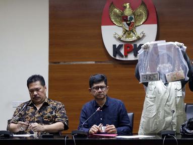 Wakil Ketua KPK, La Ode Muhammad Syarif (kedua kiri) bersama Jamintel, Jan S Maringka saat memperlihatkan barang bukti uang hasil OTT di Gedung KPK, Jakarta, Sabtu (26/6/2019). Dalam OTT tersebut, KPK menahan dua jaksa, dua pengacara dan satu orang dari swasta. (Liputan6.com/Helmi Fithriansyah)