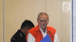 Direktur PT Cahaya Prima Cemerlang, Freddy Lumban Tobing menaiki tangga saat akan menjalani pemeriksaan di Gedung KPK, Jakarta, Senin (8/7/2019). Freddy diperiksa sebagai tersangka terkait dugaan korupsi pengadaan dan penanganan virus flu burung di Kementerian Kesehatan. (merdeka.com/Dwi Narwoko)