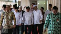 Wapres Jusuf Kalla (tengah) didampingi Ketua Komisi XI DPR Fadel Muhammad (kanan) dan MenPAN RB Yuddy Chrisnandi usai mengikuti peringatan Maulid Nabi Muhammad SAW 1437 H di Masjid Istiqlal, Jakarta, Kamis (24/12). (Liputan6.com/Faizal Fanani)