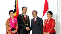 Presiden Jokowi menerima bintang jasa dari Presiden Timor Leste Taur Matan Ruak (foto: humas setkab.go.id)