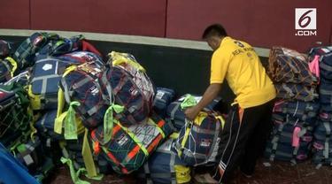 Cara unik dilakukan para calon haji asal Blitar, Jawa Timur. Mereka mengecat koper milik mereka agar tak tertukar dengan calon haji lain.
