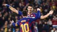 Luis Suarez merayakan golnya ke gawang Real Mallorca bersama Lionel Messi (AFP)