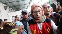 Terdakwa penyebaran berita bohong atau hoaks Ratna Sarumpaet tiba di Pengadilan Negeri Jakarta Selatan, Kamis (28/2). Ratna Sarumpaet berangkat dari Rumah Tahanan Polda Metro Jaya dijemput kendaraan tahanan kejaksaan. (Liputan6.com/Herman Zakharia)