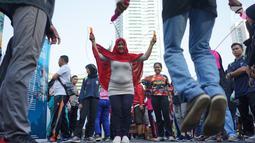 Pengunjung Car Free Day mencoba olahraga lompat tali atau jumping rope bersama komunitas penggerak olahraga di kawasan Bundaran Hotel Indonesia, Minggu (30/6/2019). Kegiatan tersebut dalam rangka mengajak masyarakat untuk hidup sehat dengan berolahraga. (Liputan6.com/Immanuel Antonius)