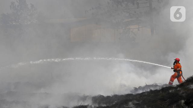 Petugas Pemadam Kebakaran Kabupaten Bogor memadamkan api di lapak ban bekas, Desa Bojong Nangka, Gunung Putri, Kamis (22/4/2021). Kebakaran lapak ban bekas yang terjadi Senin (19/4) petang tersebut hingga saat ini belum bisa dipadamkan. (Liputan6.com/Herman Zakharia)