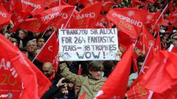 Fans Manchester United Mengucapkan Terima Kasih Kepada Sir Alex Ferguson. (AFP/Andrew Yates)