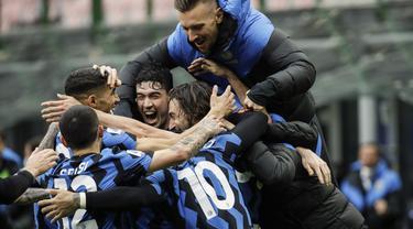 Bek Inter Milan, Matteo Darmian (kanan) berselebrasi bersama rekan setimnya setelah mencetak gol ke gawang Cagliari pada pertandingan lanjutan Liga Serie A Italia di stadion San Siro di Milan, Italia, Minggu (11/4/2021). Inter menang tipis atas Cagliari 1-0. (AP Photo/Luca Bruno)