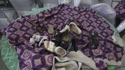 Sejumlah sepatu terlihat di atas meja di aula pernikahan yang rusak setelah ledakan di Kabul, Afghanistan, Minggu (18/8/2019).Sebuah ledakan bom bunuh diri melanda sebuah pesta pernikahan pada Sabtu malam. (AP Photo/Rafiq Maqbool)