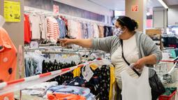 Pelanggan yang mengenakan masker memilih pakaian di sebuah toko di Berlin, 29 April 2020. Berlin mewajibkan penggunaan masker di seluruh gerai usaha pada Rabu (29/4), sementara kewajiban mengenakan masker sudah diberlakukan di seluruh moda transportasi publik sejak Senin (27/4). (Xinhua/Binh Truong)