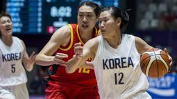 Pebasket Korea Bersatu, Suk Yong Ro, berusaha merebut bola dari pebasket China pada laga final basket wanita Asian Games di Istora, Jakarta, Sabtu (1/9/2018). China menang 71-65 atas Korea Bersatu. (Bola.com/Vitalis Yogi Trisna)