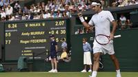Petenis Swiss Roger Federer merayakan kemenangan atas Andy Murray dari Inggris Inggris Raya di semifinal tenis Grand Slam Wimbledon di London, 10 Juli 2015 (REUTERS / Toby Melville)
