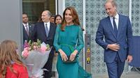 Kate Middleton dan Pangeran William saat mengunjungi Aga Khan Centre di London, Inggris. (Jeff Spicer / AFP)