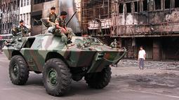 Pada 16 Mei 1998, kendaraan lapis baja melakukan patroli di Pecinan Jakarta setelah aksi kerusuhan  yang terjadi tanggal 13-15 Mei. Bulan Mei 1998 merupakan momen penting dalam sejarah Indonesia, juga momen penting bagi Soeharto. (EMMANUEL DUNAND/AFP)