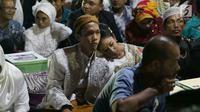 Sepasang kekasih mengikuti nikah massal di malam pergantian tahun di Jalan MH Thamrin, Jakarta, Minggu (31/12). Sebanyak 430 pasangan melakukan nikah massal yang diselenggarakan oleh pemprov DKI Jakarta. (Liputan6.com/Angga Yuniar)