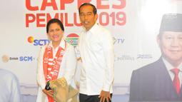 Capres 01 Joko Widodo atau Jokowi beserta istri Iriana Jokowi berfoto di lokasi debat keempat Pilpres 2019 di Hotel Shangri-La, Jakarta, Sabtu (30/3). Debat kali ini mengangkat tema tentang ideologi, pemerintahan, pertahanan dan keamanan, serta hubungan internasional. (Liputan6.com/AnggaYuniar)