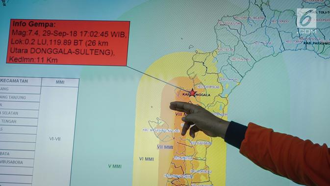 Kepala Pusat Data Informasi dan Humas BNPB Sutopo Purwo Nugroho memberikan pemaparan mengenai dampak gempa bumi dan tsunami di kota Donggala dan Palu, Sulawesi Tengah saat konferensi pers di Jakarta, Sabtu (29/9). (Liputan6.com/Faizal Fanani)
