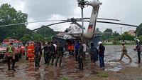 Helikopter BNPB NTT bawah bantuan logistik penanggualangan covid 19, mendarat di lapangan umum Kota Baru. (Liputan6.com/Dionisius Wilibardus)