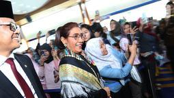 Mantan Menteri Kelautan dan Perikanan, Susi Pudjiastuti bersama Menteri KKP yang baru Edhy Prabowo menghadiri Pisah Sambut Menteri Kelautan dan Perikanan di Kantor KKP, Jakarta, Rabu (23/10/2019). (Liputan6.com/Herman Zakharia)
