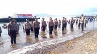 Ratusan anggota Polda Sulut direndam di air laut di kawasan Pantai Malalayang, Manado, Selasa (30/6/2020).
