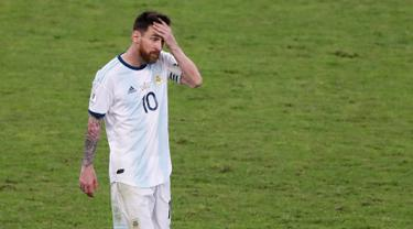 Penyerang Argentina Lionel Messi memegang kepalanya saat meninggalkan lapangan usai kalah dari Brasil dalam semifinal Copa America 2019 di Stadion Mineirao, Belo Horizonte, Brasil, Selasa (2/7/2019). Brasil lolos ke final Copa America 2019 setelah mengalahkan Argentina 2-0. (AP Photo/Nelson Antoine)