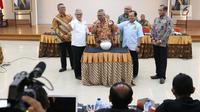 Ketua KPU, Arief Budiman (ketiga kiri) bersama perwakilan tim pemenangan memimpin pengundian penyampaian visi misi pada debat kedua Capres/Cawapres di Jakarta, Jumat (25/1). Debat kedua berlangsung pada 17 Februari. (Liputan6.com/Helmi Fithriansyah)