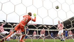 Bek Chelsea, Gary Cahill, menendang bola ke arah gawang kiper Stoke City, Lee Grant. Gol Gary Cahill, pada menit-menit terakhir membawa Chelsea menang 1-2 atas Stoke City. (AFP/Oli Scarff).