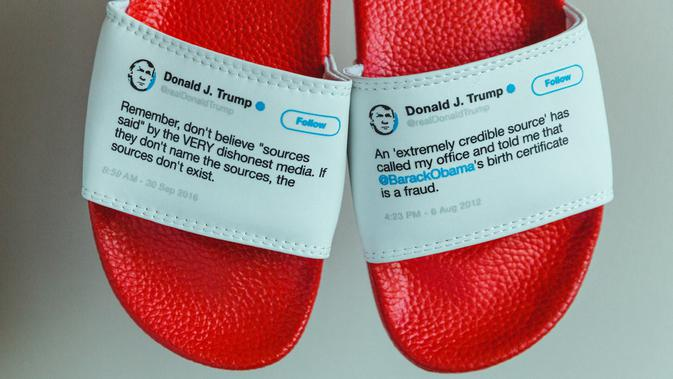Sandal bertuliskan tweet Presiden Donald Trump (Sam Morrison / PresidentFlipFlops.com)