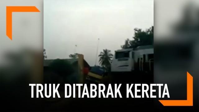 Momen sebuah truk yang mogok ditabrak kereta berkecepatan tinggi tertangkap kamera. Kejadian ini terjadi di perlintasan di Purwakarta, Jawa Barat.
