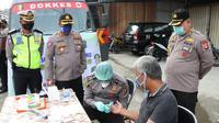 Rapid test gratis yang digelar Polda Sulteng bagi pengunjung dan pedagang pasar tradisional di Palu pada Rabu (24/6/2020). Sebanyak 40 warga menjalani test itu. (Foto: Humas Polda Sulteng).