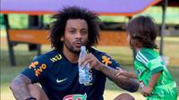 Pemain belakang Timnas Brasil, Marcelo, saat bersama putranya di sela-sela latihan Tim Samba. (Instagram/@marcelotwelve)