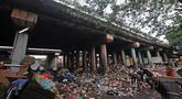 Pemulung memilah sampah di kolong Tol Wiyoto-Wiyono, Sungai Bambu, Jakarta, Selasa (15/1). Kolong Tol tersebut berubah menjadi tempat penampungan sampah warga di 3 kelurahan sehingga menyebabkan pencemaran lingkungan. (Merdeka.com/Iqbal S. Nugroho)