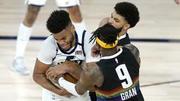 Pemain Utah Jazz, Juwan Morgan, berebut bola dengan pemain Denver Nuggets pada ronde pertama playoff NBA musim 2020 di The Field House, Florida, Selasa (18/8/2020). Denver Nuggets menang 135-125 atas Utah Jazz. (AFP/Ashley Landis/Pool/Getty Images)