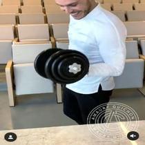 Amaury Guichon buat barbel cokelat (Screenshot of Instagram/@amauryguichon)