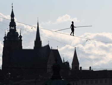 Aksi akrobat di atas tali