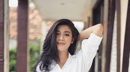 Sebagai warna yang netral, enggak salah kalau wanita 31 tahun ini sering menggunakan baju bewarna putih. Kemeja putih yang dipadukan dengan celana jeans membuat penampilan Naysila terlihat casual tapi tetap sopan. (Liputan6.com/IG/@naymirdad)