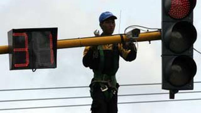 Petugas memasang kamera CCTV di perempatan Jl Airlangga, Kediri, Jatim, Rabu (15/12). Pemasangan kamera CCTV tersebut untuk memantau kepadatan lalu lintas pada puncak perayaan tahun baru.(Antara)