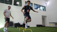 Pesepakbola Brasil, Neymar menjalani latihan fisik dan tes medis di pusat pelatihan Granja Comary , Teresopolis, di luar Rio de Janeiro. Selasa (22/5). Penyerang PSG ini memang bertekad pulih sebelum Piala Dunia 2018 dimulai. (Lucas Figueiredo/CBF via AP)