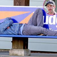Chris Hemsworth terlihat tengah tidur di kursi umum yang berlokasikan di Vancouver Island, Kanada pada 18 Maret. (Backgrid/USWeekly)