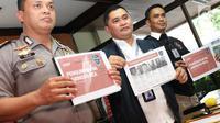 Petugas kepolisian menunjukkan berkas enam anggota The Family Muslim Cyber Army yang terlibat kasus ujaran kebencian di Direktorat Tindak Pidana Siber Bareskrim Polri, Jakarta (28/2). (Liputan6.com/Immanuel Antonius)