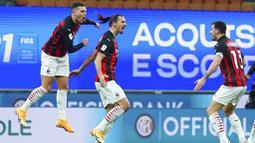 Para pemain AC Milan merayakan gol yang dicetak oleh Zlatan Ibrahimovic ke gawang Inter Milan pada laga perempat final Coppa Italia di Giuseppe Meazza, Selasa (26/1/2021). Inter Milan menang dengan skor 2-1. (Spada/LaPresse via AP)